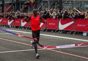 Kipchoge_gana_Breaking2_Nike