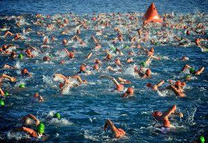 Nadadores hacia boya