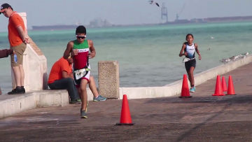 Triatletas corren en Progreso