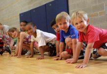 Niños jugando en gimnasio