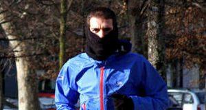 Joven corriendo con frio