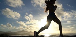 Silueta de corredora en playa