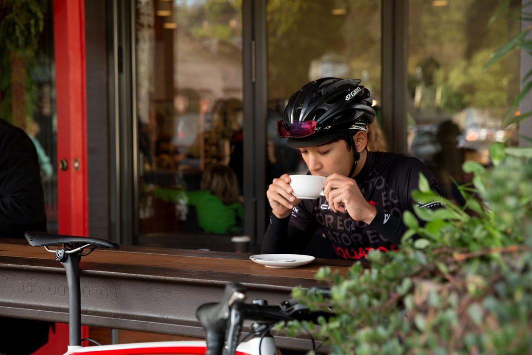 Ciclista toma café
