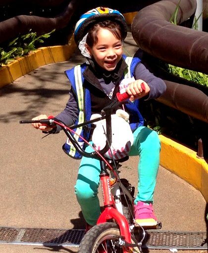 Emili felíz en la bici