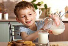 Niño bebe leche feliz