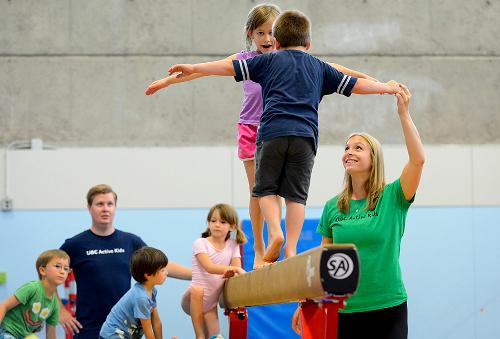 Niños aprendiendo gimnasia