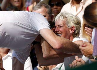 Andy Murray abraza a su madre después de ganar Wimbledon 2013