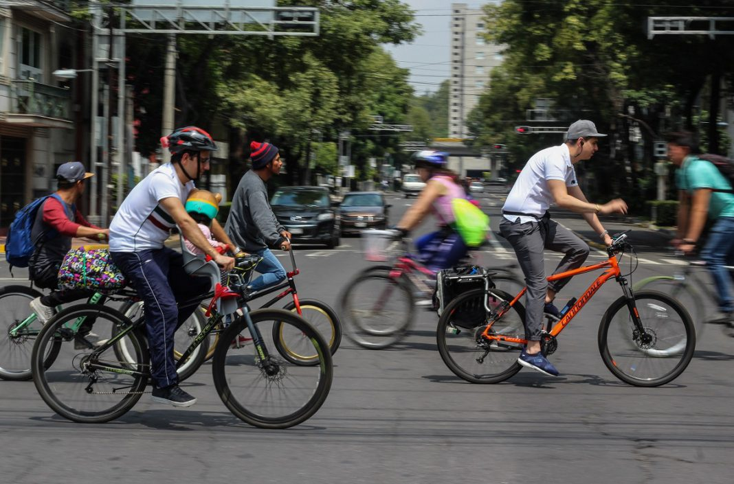 Ciclistas cruzan calle