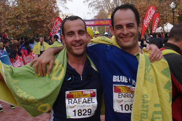 Amigos terminando un maratón