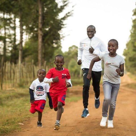 Eliud corre con sus hijos