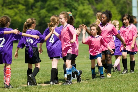 Futbol niñas se dan la mano