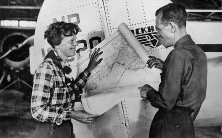 Amelia Earhart y Fred Noonan planeando el viaje alrededor del mundo