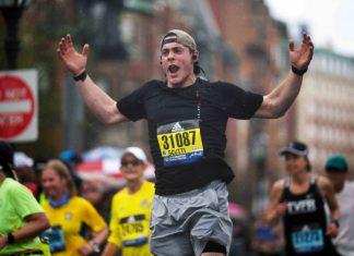Christopher feliz terminando el Maratón de Boston 2019