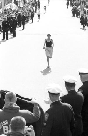Roberta Gibb llegando a la meta del Maratón de Boston 1966 (primera mujer en correr un maratón)