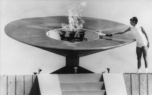 Enriqueta Basilio enciende el pebetero en las Olimpiadas de México 68