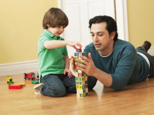 Papá e hijo jugando