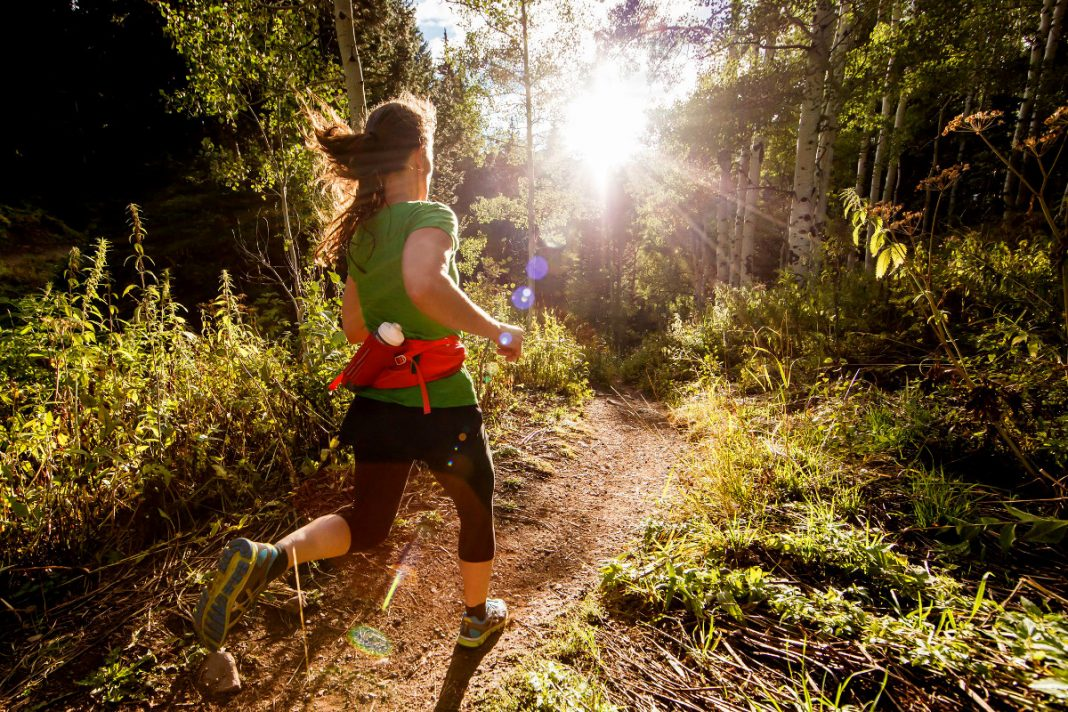 Mujer corre en trail