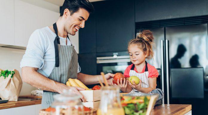Papa e hija preparan comida