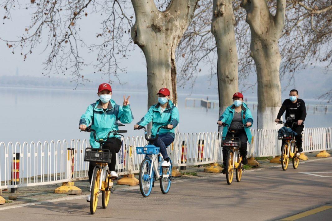 Doctores en bici en Whuan