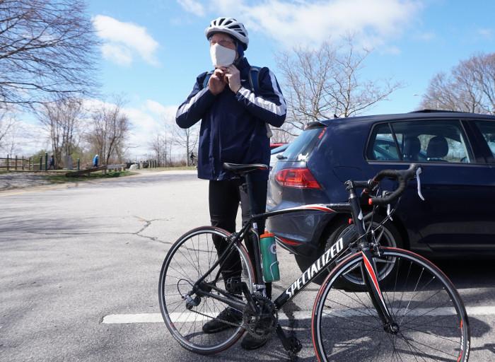 Ciclista prepara con cubrebocas