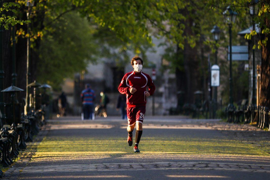 Corriendo con cubrebocas
