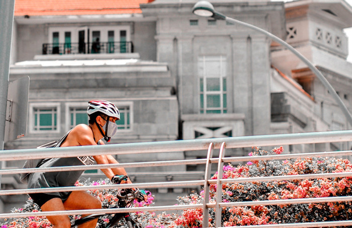 Ciclista con cubrebocas