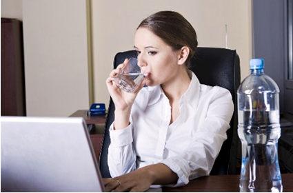 Toma agua constantemente