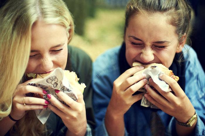 Amigas comen con hambre
