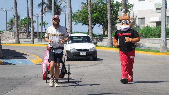 Jonas Deichmann corre en Mazatlán con Los Venados