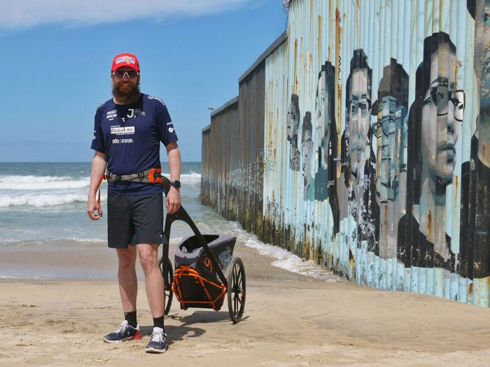 Jonas Deichmann en la frontera México - Estados Unidos