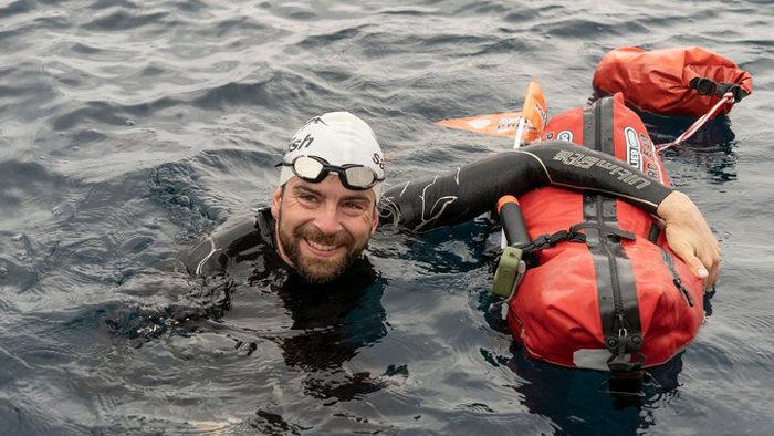 Jonas Diechmann y su equipo para nadar en la costa de Croacia